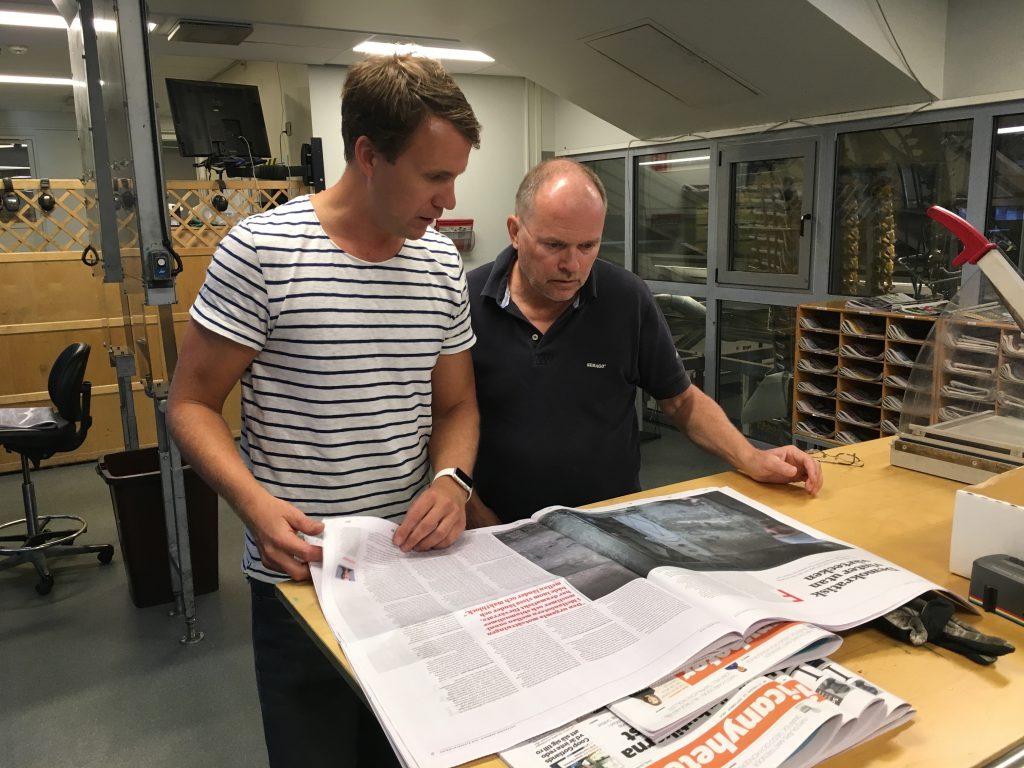 Dennis Töllborg går igenom det första tryckta exemplaret av GHT på 30 år.